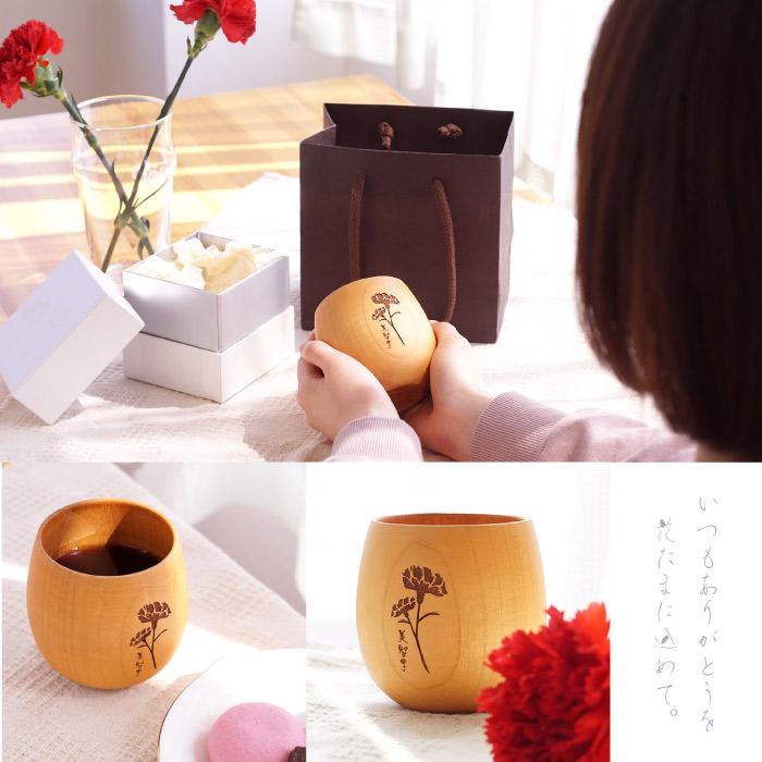 お花彫刻入りの木のカップ