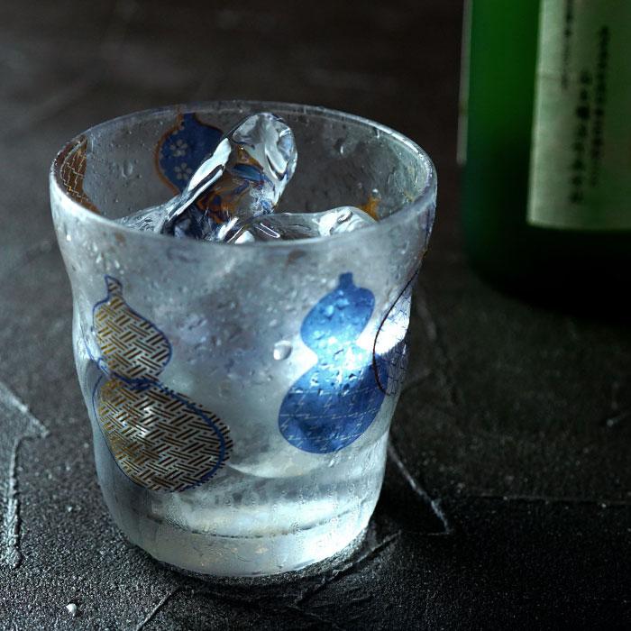 お酒入りのロックグラス