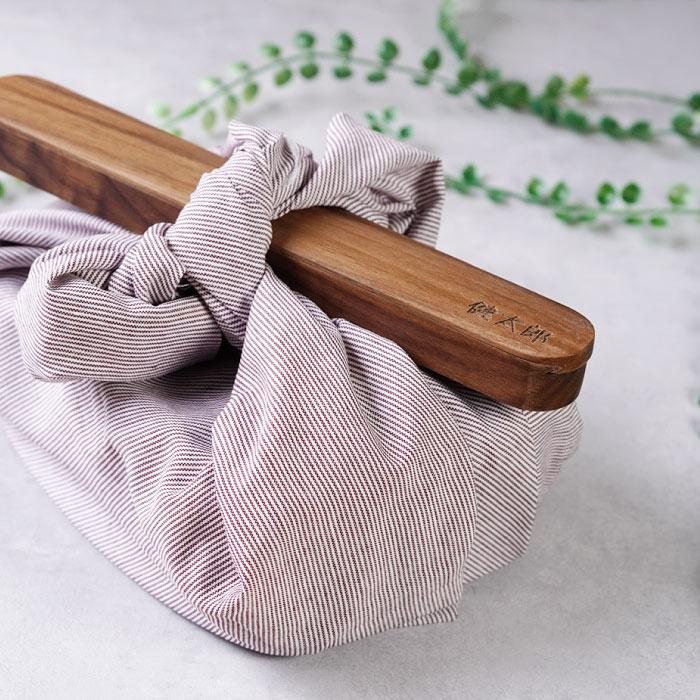 天然木の箸箱をお弁当箱に添えたところ