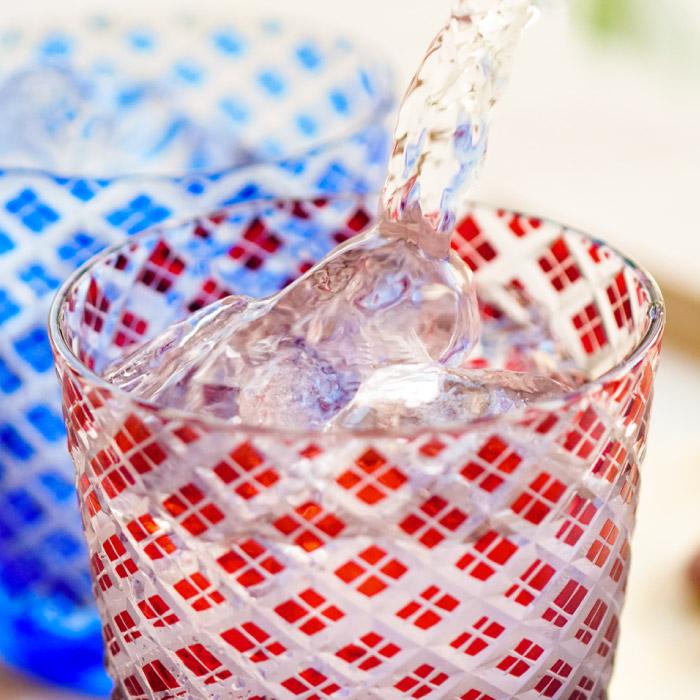 【切子グラス菱模様 ペア】に水を注いでいる