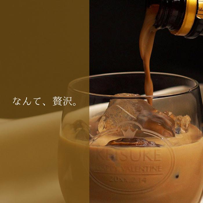 チョコレートリキュールをグラスに注ぐ