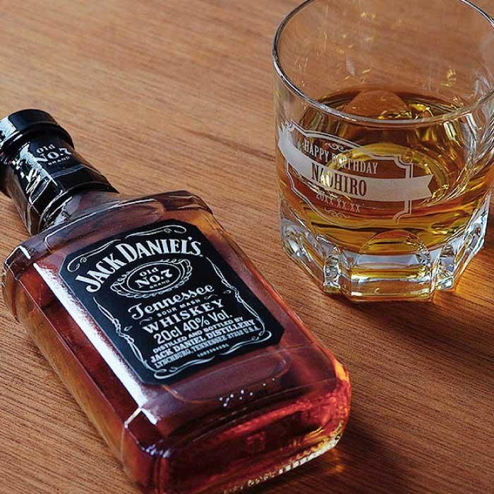 名前入りグラスとウイスキー