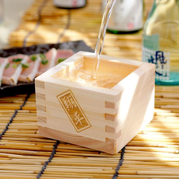 日本酒を枡に注ぐ