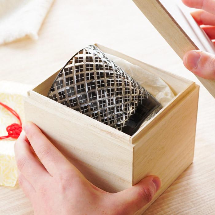 【切子グラス菱模様】の桐箱を開けたところ
